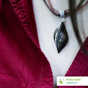 Ogrlica iz oreha z biserno matico