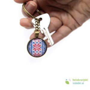 Obesek za ključe z belokranjskim motivom