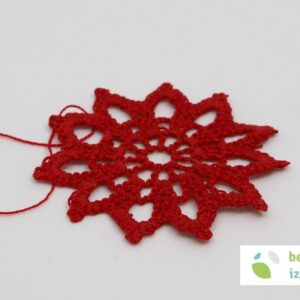 Kvačkana snežinka rdeče barve