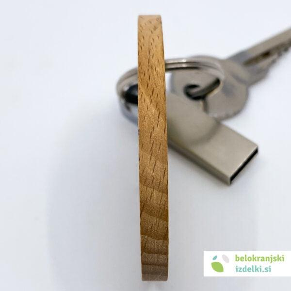 Lesen obesek za ključe z Belokranjskim motivom