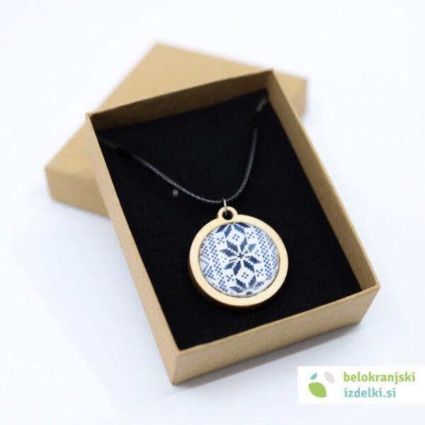 Ogrlica z lesenim obeskom, motiv belokranjske vezenine   moder