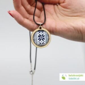Ogrlica z lesenim obeskom, motiv belokranjske vezenine | moder 1