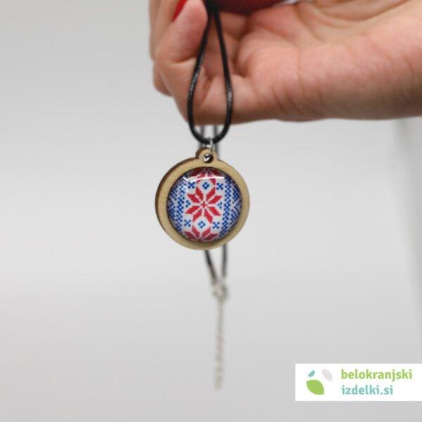 Ogrlica z lesenim obeskom, motiv belokranjske vezenine   redeče-moder 1