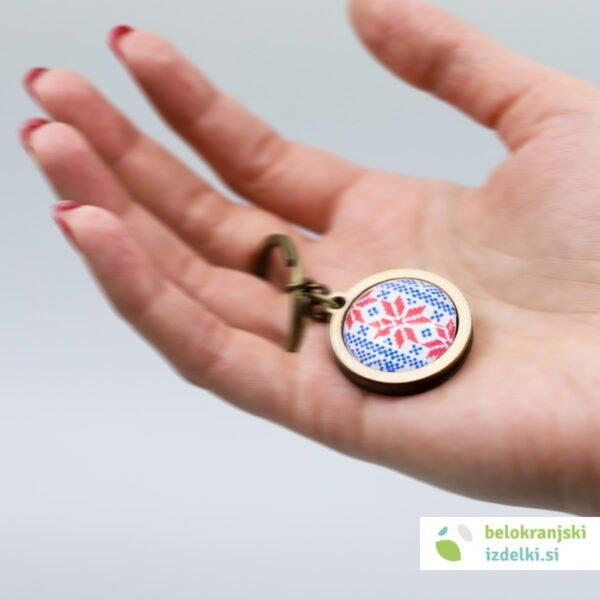 Lesen obesek za ključe z belokranjskim motivom | rdeče-moder